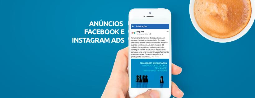 """Imagem exibe mão segurando smartphone com tela do Facebook aberta ao lado do texto """"Anúncios: Facebook e Instagram Ads"""". No canto há um copo de café."""